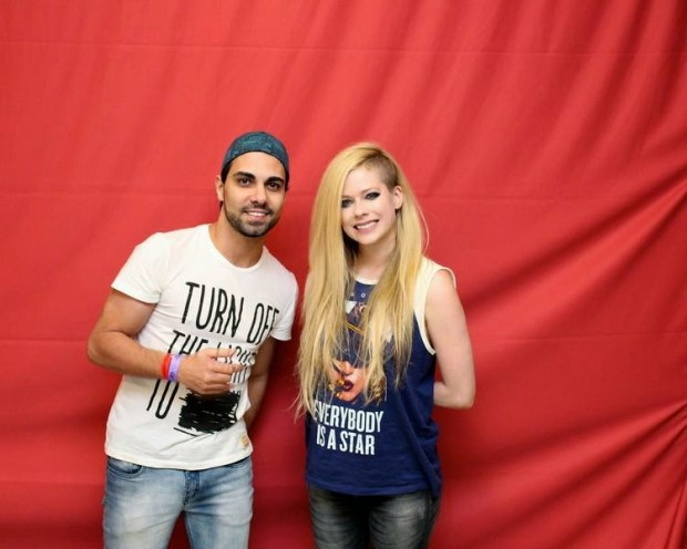 Avril lavignes meet and greet vs kelly clarkson and rihanna avril let out an uncomfortable smile m4hsunfo